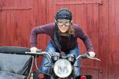Фото девушки на винтажном мотоцилк в пилотной крышке Стоковое Изображение