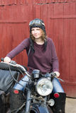 Фото девушки на винтажном мотоцилк в пилотной крышке Стоковая Фотография RF