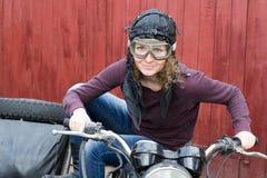Фото девушки на винтажном мотоцилк в пилотной крышке Стоковая Фотография