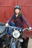Фото девушки на винтажном мотоцилк в пилотной крышке Стоковые Фотографии RF