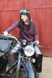 Фото девушки на винтажном мотоцилк в пилотной крышке Стоковое Изображение RF