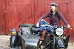 Фото девушки на винтажном мотоцилк в пилотной крышке Стоковые Изображения RF