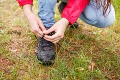 Фото девушки связывая шнурки Стоковые Фотографии RF