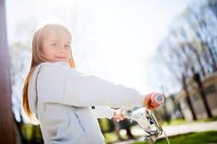 Фото девушки с велосипедом Стоковое Фото