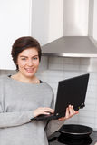 Фото девушки с компьтер-книжкой Стоковая Фотография