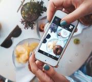 Фото еды бейгл с семгами и картофельными стружками Для социальных сетей Стоковые Фото