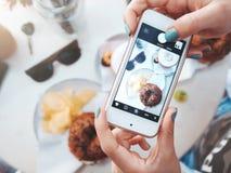 Фото еды бейгл с семгами и картофельными стружками Для социальных сетей Стоковые Фотографии RF