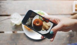 Фото еды бейгл с семгами и картофельными стружками Для социальных сетей Стоковые Изображения