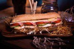 Фото еды сандвича Еда улицы Свежий вкусный зажаренный бургер при домодельные плюшки ремесла, сваренные на барбекю развилки стоковое фото