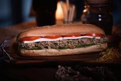 Фото еды сандвича Еда улицы Свежий вкусный зажаренный бургер при домодельные плюшки ремесла, сваренные на барбекю развилки стоковые изображения rf