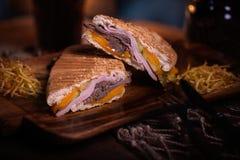 Фото еды сандвича Еда улицы Свежий вкусный зажаренный бургер при домодельные плюшки ремесла, сваренные на барбекю развилки стоковое изображение rf