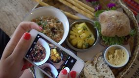 Фото еды Фотографировать завтрак на мобильном телефоне сток-видео