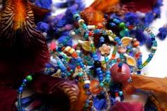 Фото лепестков цветка, шариков, ювелирных изделий, браслет, стоковая фотография rf