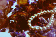 Фото лепестков цветка, шариков, ювелирных изделий, браслет, стоковое фото rf