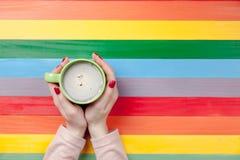 Фото женских рук держа чашку кофе на чудесном col Стоковая Фотография
