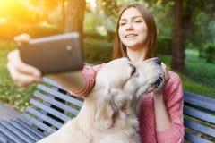 Фото женщины на стенде делая selfie с retriever Стоковые Фото