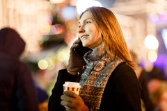 Фото женщины со стеклом и телефоном в руках в вечере для прогулки стоковое фото rf