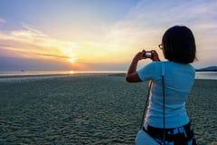 Фото женщины туристское принимая на пляже Стоковое Изображение