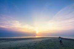 Фото женщины туристское принимая на пляже Стоковое фото RF