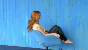 Фото жизнерадостного молодого положения дамы redhead изолированное над белой предпосылкой стены Смотрящ камеру сделайте selfie видеоматериал