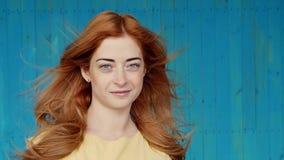 Фото жизнерадостного молодого положения дамы redhead изолированное над белой предпосылкой стены Смотрящ камеру сделайте selfie сток-видео