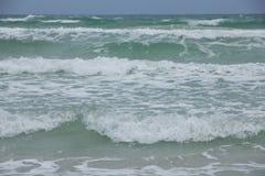 Фото запаса - белые пенообразные волны и постепенно затмевая цвет  Стоковая Фотография RF