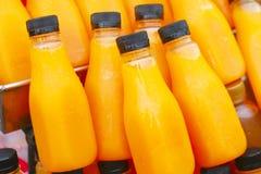 Фото запаса - бутылка апельсинового сока с льдом Стоковые Фото