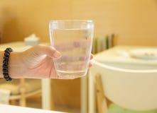 Фото запаса - вручите держать стекло воды Стоковые Фото