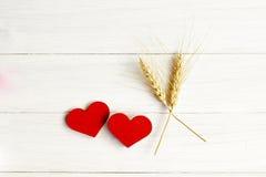 Фото запаса: 2 деревянных сердца на деревянной предпосылке Стоковое Изображение RF