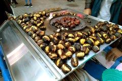 Фото запаса зажарило каштаны на каштанах улицы улицы зажаренных в духовке едой стоковые фотографии rf