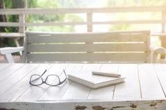 Фото запаса: Раскройте тетрадь и ручку белизны на винтажном белом woode стоковое изображение rf