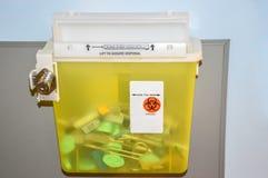 Фото запертого желтого контейнера диезов стоковая фотография rf