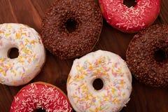 Фото застекленных donuts на деревянном kground  baÑ Стоковое Изображение RF
