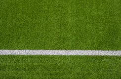 Фото зеленой синтетической спортивной площадки травы с белой линией sh стоковые изображения