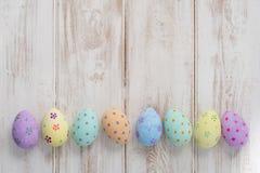 Фото знамени пасхальных яя на деревянном космосе экземпляра предпосылки Стоковая Фотография