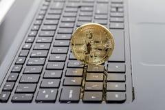 Фото золотое Bitcoin (новые виртуальные деньги) Стоковая Фотография RF