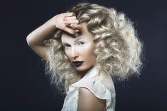 Фото искусства красивой девушки с фиолетовыми губами и p Стоковые Изображения RF