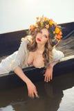 Фото искусства фантазии красивой дамы лежа в шлюпке Стоковое Фото