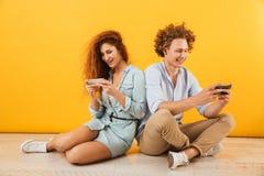 Фото кавказских пар или друзей привлекательного человека и женщины si стоковое фото rf