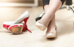 Фото квартир балета женщины нося вместо высоких пяток Стоковая Фотография