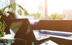 Фото компьтер-книжки с открытой верхней частью, офисом рабочего места современным Стоковые Изображения