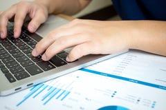 Фото конца-вверх бизнесменов серьезно анализируют диаграммы в финансовой бумаге r стоковое фото rf