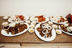 Фото конца-вверх ед сделанных от мяса украшенного с layi лука Стоковые Фото