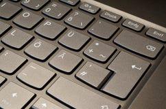 Фото конца-вверх клавиатуры тетради с немецким планом стоковые изображения