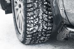 Фото конца-вверх колеса автомобиля на автошине снега Стоковые Изображения