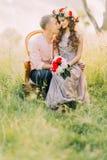 Фото конца-вверх красивых усмехаясь молодых пар сидя в стуле совместно лицом к лицу Стоковые Фотографии RF
