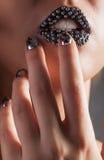 Фото конца-вверх металлических губ и ногтей Minx стоковое изображение