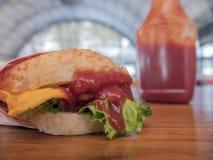 Фото конца-вверх домашнего сделанного гамбургера с говядиной, луком, томатом, салатом, сыром и специями Свежий крупный план бурге Стоковые Изображения RF