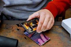 Фото конца-вверх показывая процесс ремонта мобильного телефона Стоковая Фотография