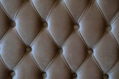 Фото конца вверх по коричневой софе драпирования стоковые изображения rf